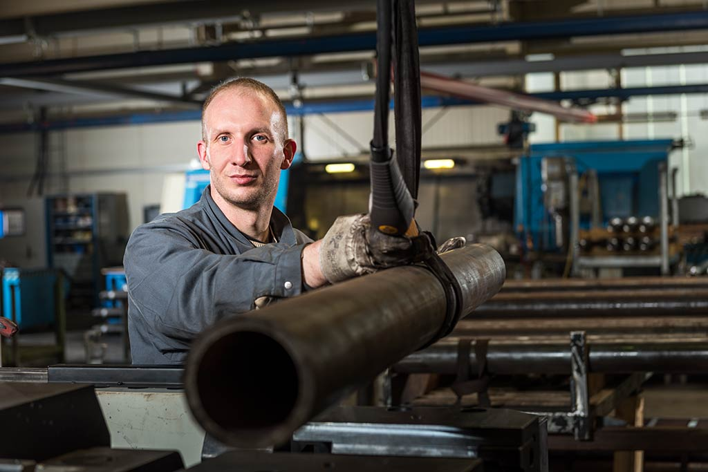 Industriefotograf-Mitarbeiteraufnahme-Osnabrueck-Stahl-Werkzeugbau-Achsen-Portrait-People-Werbebilder